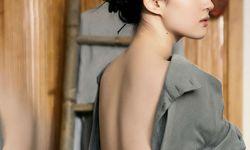 电影《夜孔雀》刘亦菲裸背照曝光 与手绘海报虚实呼应