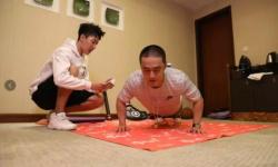 """撑书撑少年!""""32块腹肌""""蒋劲夫公益挑战创纪录"""