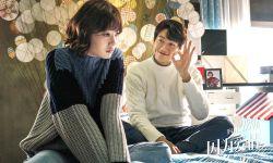 爱情荒诞喜剧片《因为爱情》定档10.27 近日发布海报