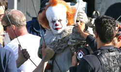 要上天!《小丑回魂2》小丑吊钢索片场照曝光