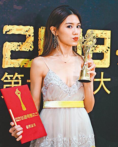 """获得""""年度女演员"""",周秀娜感到既意外又兴奋。"""