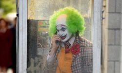 《小丑》全新片场照流出 杰昆给谁打电话引网友热议