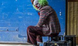 """《小丑》发布探班照 菲尼克斯一头""""绿毛""""超抢镜"""