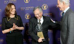 李安获美国导演协会终身成就奖 妻子陪同领奖