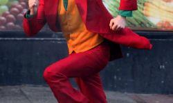杰昆-菲尼克斯《小丑》发新片场照 红衣怪人遭警察追击