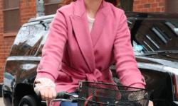 《现代爱情》曝新剧照 36岁安妮·海瑟薇穿粉红大衣谈恋爱