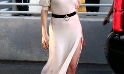 海王票房破13亿,女神湄拉穿开衩裙亮相,姿势太妖娆