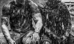 《霍伯斯与肖》片场照 巨石强森和艾尔巴雨中作乐