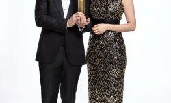金球奖发布主持人写真 吴珊卓与萨姆伯格秀奖杯