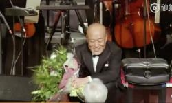 宫崎骏给久石让献花,两人深情对视,眼眶湿润,让网友泪目