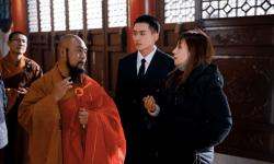 赵薇探班新剧《谁都渴望遇见你》 监视器前秒变监制薇