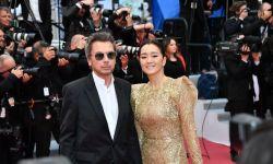 53岁巩俐与71岁法国音乐家丈夫亮相戛纳红毯,全程牵手秀恩爱