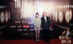 演员黄柳嫣出席拥抱之夜 红毯造型尽显青春可人