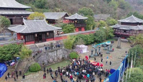 1月2日,香港著名导演王晶的新片新版《倚天屠龙记》在浙江新昌十九峰景区开机
