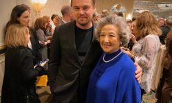 《别告诉她》被AFI评为年度十佳电影  国民奶奶赵淑珍变身粉丝与小李子合影