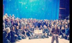 汤姆·哈迪发布《毒液2》剧组合影,宣布该片正式杀青