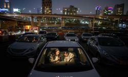 疫情期间 汽车影院成韩国民众娱乐消遣新选择