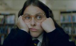 阿尔菲·艾伦主演,英国喜剧《如何培养一个女孩》曝预告