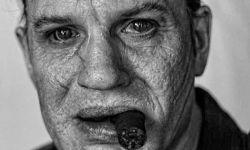 汤姆·哈迪主演的传记新片《卡彭》曝光最新黑白剧照