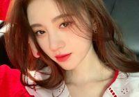 鞠婧祎大波浪造型配红唇魅惑迷人 穿小背心清凉又性感