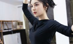 古力娜扎为新剧练舞 裙摆摇曳纤手轻旋绝美