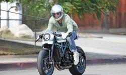 布拉德皮特骑摩托探视孩子