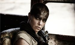 《狂暴之路》主演查理兹·塞隆表示,将尊重导演的设计