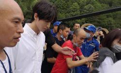 王俊凯参加下乡活动,穿白西装生图超绝