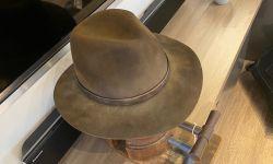 《侏罗纪世界3:统治》曝光了一张片场照,该照片来自演员山姆·尼尔的牛仔帽