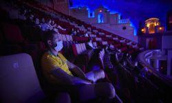 迪士尼转向流媒体,影院经理怒砸《花木兰》海报