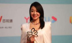 """闫妮斩获白玉兰最佳女主角奖,大器晚成的""""佟掌柜""""来日可期"""