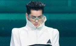 吴亦凡机械造型走秀,垫肩披风搭银框眼镜科技感足