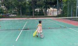 董子健为女儿庆祝三岁生日,大福拖着网球拍出场