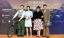贾玲携电影《你好,李焕英》剧组亮相金鸡奖 沈腾现场骑自行车