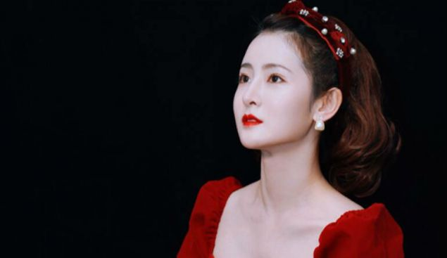 """梦秦""""赫本风""""大片释出 红色复古裙彰显摩登气质"""