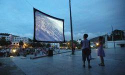 中国农村的电影放映队伍   把点映权交给农民