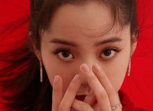 欧阳娜娜参加2021央视春晚并拍写真  红裙闭眼浅笑娇艳动人