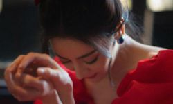 迪丽热巴穿红色长裙勾勒完美身材 泡泡袖配蝴蝶结美艳动人