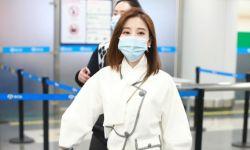 冯提莫简单黑白穿搭现身机场 见粉丝跟拍眯眯眼微笑示意