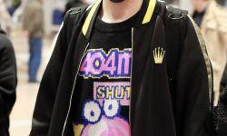 大张伟all black穿搭现身机场 搭卡通印花毛衣时尚超减龄