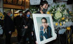 吴孟达今日出殡 儿子手捧遗像妻子神色哀伤