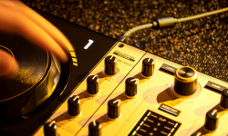 DJCONTROL INPULSE 500 GOLD EDITION: 一款自配高档手提箱的限量版打碟机