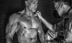 巨石强森晒《黑亚当》新片场幕后照片 上身肌肉一览无余