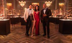 强森盖尔加朵主演电影《红色通缉令》发新剧照 11月12日上映