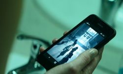 影迷扒出《黑寡妇》彩蛋:寡姐用了一台Windows 10 Mobile手机