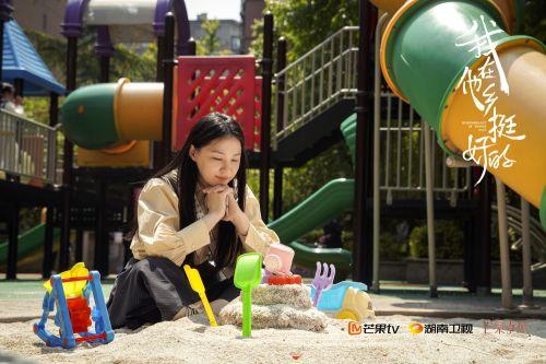 胡晶晶(金靖饰)用沙子堆砌蛋糕
