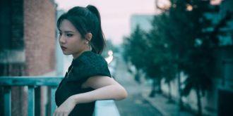 劉亦芊膠片風寫真質感滿滿 復古暗調玩轉別樣青春