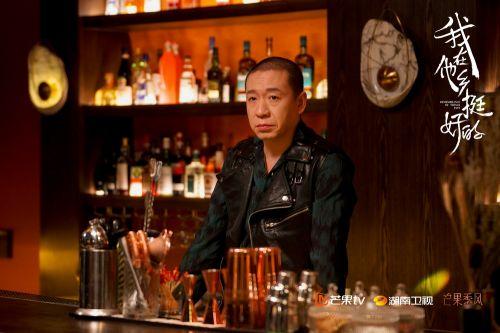 梁龙客串酒吧老板