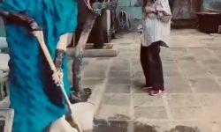 62岁杨丽萍停工后探望母亲,路上狂被人偷拍,老家还用破旧木门