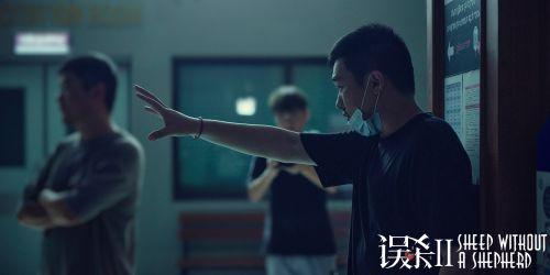 導演戴墨在《誤殺2》拍攝現場 北京泰語文字暴露信息